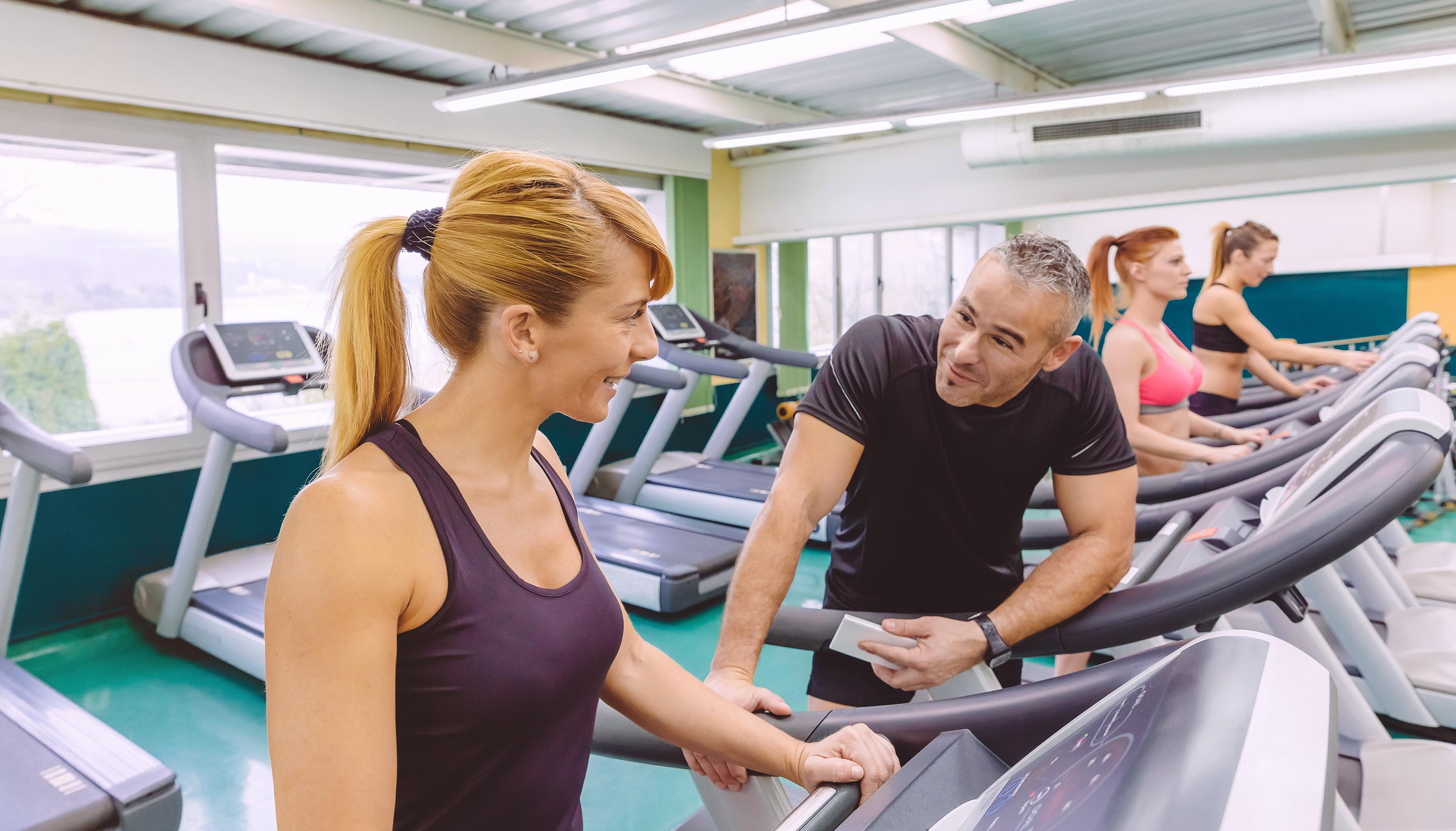 Spor salonunda bir erkekle tanışmak için 5 flört stratejisi